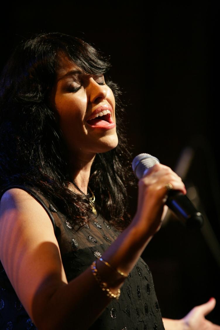 A cantora dividiu o palco com Michel Legrand