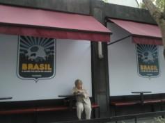 Entrada do Bar Astor envelopada como brasão símbolo do projeto